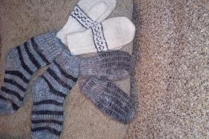 Вязаные варежки и носочки из ангорской шерсти.